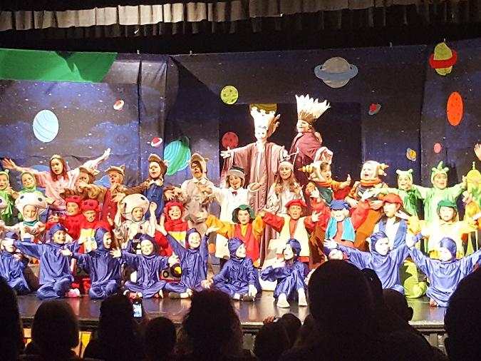 cast of gulliver s travels in space on stage during finale