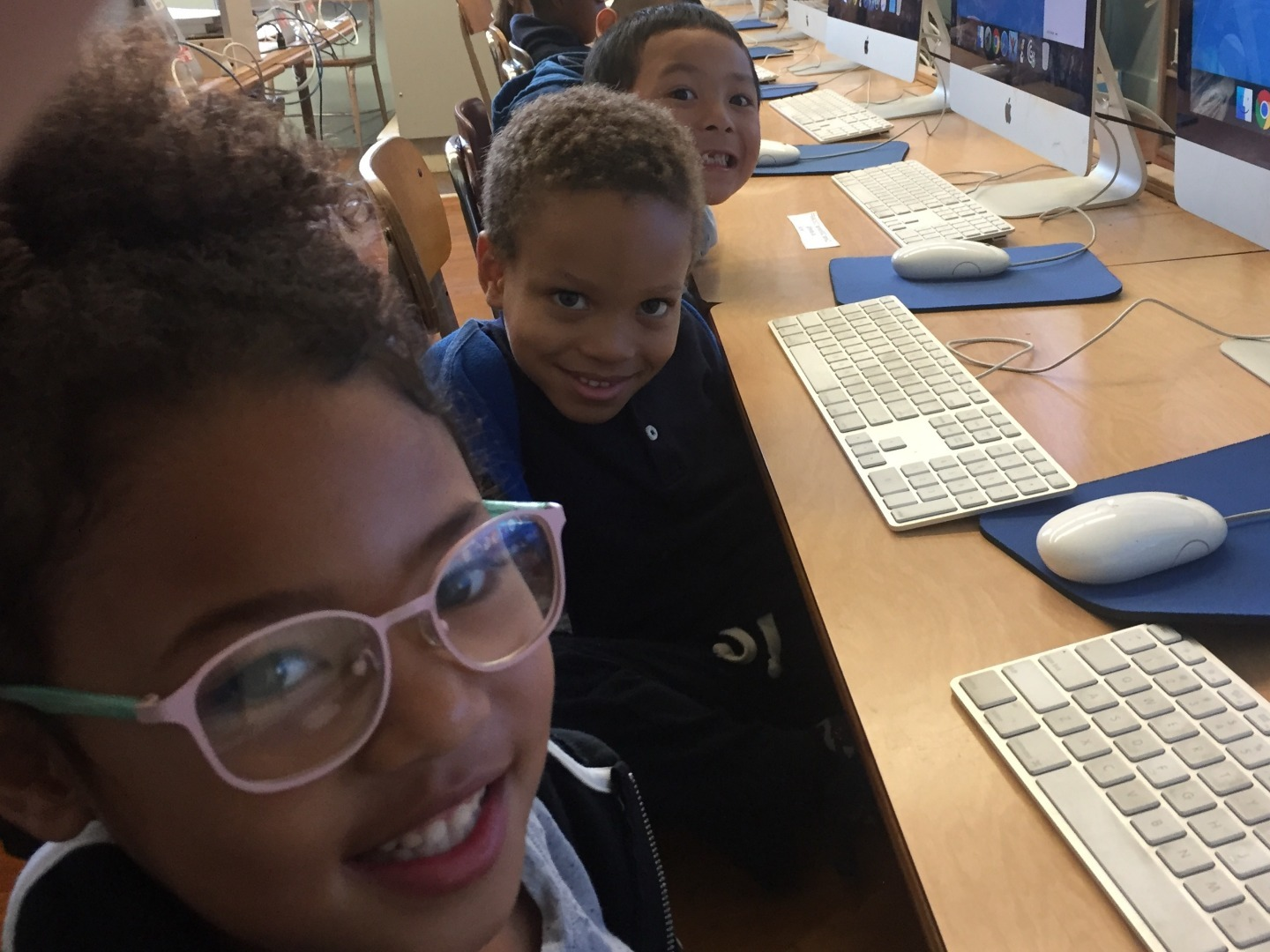 Kindergarteners on computers